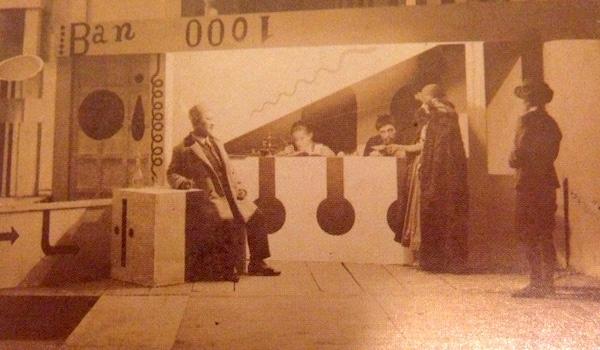 第一場「銀行の出納口」舞台写真 撮影:坂本万七 「すべての僕が沸騰する:村山知義の宇宙」展図録より転載